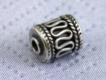 Бусина серебряная ручной работы, форма цилиндр, материал-серебро 925 пробы (92.5 % серебра), размер–9х6.5 мм.