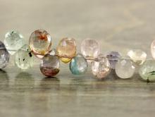 Бусина огранённая форма лепесток меньше среднего, камень-турмалин натуральный. Цвет микс-светлый-розовыйи зеленый тёплый,