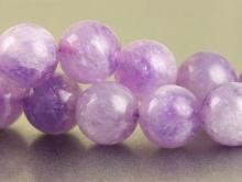 Бусины–аметист натуральный полированный шар. Цвет-сиренево-лиловый, нежный полупрозрачный, неоднородный, с легким розоватым оттенком.