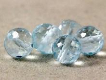 Камень- топаз голубой натуральный, бусина шарикалмазной огранки.Цвет-голубой, чистый.Размер-7,2 мм (интервал 7-7,6 мм.)