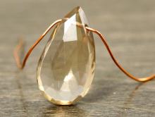 Бусина огранённая, форма крупногоудлинённого лепестка. Натуральный камень-цитрин природный. Цвет -тёплый золотистый чистый прозрачный.