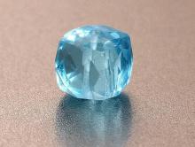 Камень-шпинель ручной огранки, прозрачная, чистая, ровная (иск. выращенная) . Форма-кубик. Цвет-голубой, теплый, напоминает цвет насыщенного аквамарина.