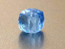 Камень-шпинель ручной огранки, прозрачная, чистая(иск. выращенная), форма-ограненный кубик, цвет-голубой, яркий, красивый.