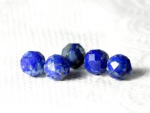 Бусина огранённая, шарик 6.5 мм., камень натуральный-лазурит, ручная огранка, цвет-сочный синий с редкими кварцевыми и пиритовыми включениями,