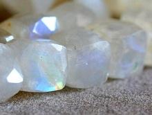 """Бусина огранённая, форма кубик не калиброванный ручной огранки, натуральный камень-""""лунный камень"""" кварц с эффектом иризацией"""