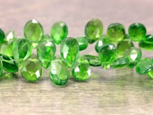 Бусина цвет-насыщенный изумрудно-зелёный, ближе к бутылочному, прозрачный