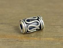 Бусина серебряная цилиндической формы,ручная работа.Материал-серебро925 (серебра 92.5%)