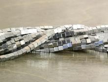 Гематит натуральный тонированный, кубик, размер–1.9 мм.