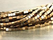 Бусины-распорки, камень-гематит натуральный тонированный. Форма-кубик, размер–2,3 мм.