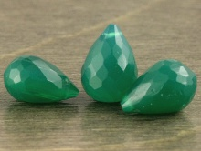 Бусина бриолет огранённый, камень -хризопраз натуральный. Цвет -изумрудно-зеленый не светлый.