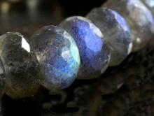 Камень-лабрадорнатуральный, форма-рондель огранённая.Цвет-серый сине-голубым переливом.,