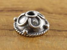 Шапочка из серебра для бусины от 10 до 18 мм, размер-9.5х4.5 мм. внутреннее отверстие 1.9 мм. материал-серебро 925 пробы,