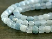 бусина-ограненный кубик, камень натуральный-аквамарин, неоднородный полупрозрачный. Цвет-голубой, нежный (2 тона). Размер-4.2+- 0.1 мм.