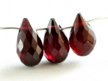 Бусина огранённая-бриолет, камень-гранат красный (пироп) ограненный.Цвет-темно-вишневый, чистый, прозрачный на просвет.Размер-8.8х5,3 мм.(