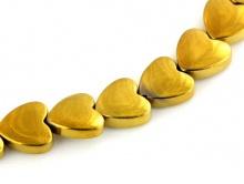 гематит тонированный. Форма-сердечко двояковыпуклое, бусина золотистого цвета