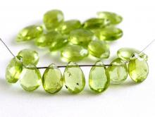 Бусина огранённая формы лепестка-хризолит натуральный, огранка ручная, цвет-зеленый теплый, яркий, размер средний 7х5х3 мм.