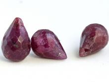 Бусина-капля небольшая ограненная, отверстие поперечное на верхушке бриолета.Камень-корунднатуральный, цвет-приглушенный красно-малиновый не яркий.