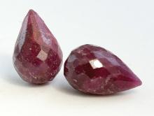 Бусина-бриолет капляогранённая, отверстие поперечное на верхушке бриолета.Камень-корунднатуральныйЦвет-красно-малиновый приглушенный.