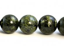 Бусины гладкие, камень–змеевик (серпентин)натуральный, форма-шарик, цвет-темно-зеленый с характерной окраской похожей на змеиную шкуру,