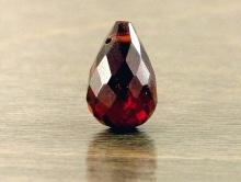 Камень-гранат андраит натуральный, бусина крупный бриолет огранённый, цвет-золотисто-красный, сочный, чистый, размер-10.5х6.3 мм.
