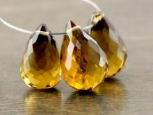 класс Премиум-бусина формы огранённой капли ручной огранки (бриолет среднего размера). Камень-топаз золотистый натуральный природный.