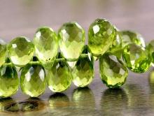 цвет-зеленый яркий, сочный прозрачный, цвет молодой распустившейся зелени,