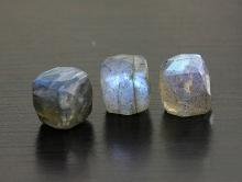 Камень-лабрадор натуральный ручной огранки бусина формы кубика. Цвет-серый с сине-голубым переливом на каждой бусине.,