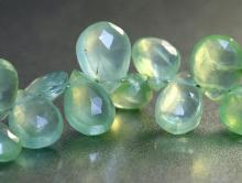 Камень-пренит натуральный, форма бусин-кубик огранённый. Цвет-салатовый полупрозрачный (ближе к прозрачному мутному),