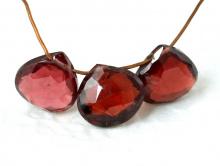 Бусина формы лепесток огранённый, камень-гранат альмандиннатуральный, цвет-красно-вишневый прозрачный,