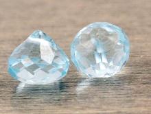 Камень-топаз голубой природный, огранка ручная, бусина формы луковка, цвет тёплый, нежно-голубой, средний размер: высота/ширина 7х6.5 мм.