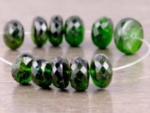 """Бусина-рондель ручной огранки. Камень-хромдиопсид натуральный, известен как """"сибирский изумруд""""."""