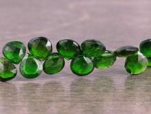 Бусина из натурального камня-природного хромдиопсида, форма равнобедренного лепестка огранёного.