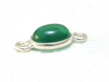 Коннектор серебряный с хризопразом.Вставка-кабошон полированный, камень овальной формы, цвет изумрудно-зелёный полупрозрачный.