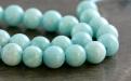 Бусина круглая гладкая, камень-амазонит натуральный, цвет-сочный бирюзово-голубой теплый, неоднородный, со светлыми полупрозрачными прожилками.