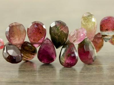 Бусина огранённая форма лепесток, камень-турмалин натуральный. Цвет-розовый с зеленым, с природными включениями