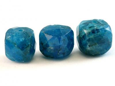 апатит камень натуральный, форма бусин-кубик огранённый.Цвет-сочный сине-голубой теплый, неоднородный с природными включениями,