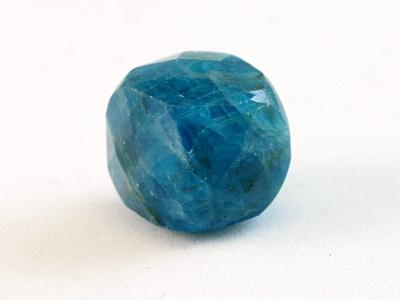 Камень-апатит натуральный, форма бусин-кубик огранённый.Цвет-сочный сине-голубой теплый, неоднородный с природными включениями,