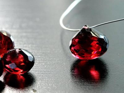 Камень-гранат натуральный,огранка ручная, форма луковка, цвет-красно-коричневый с золотистым оттенком,