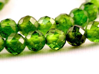 """Бусина круглая 3 мм. Камень-хромдиопсид натуральный, известен как """"сибирский изумруд"""". Цвет-зеленый яркий, чистый (весенней зелени),"""