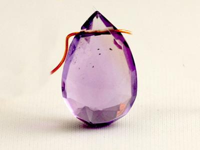Бусина огранённая, форма крупного лепестка, камень-аметист природный (натуральный) ручной огранки.Цвет-сиреневый чистый, средней интенсивности, красивый.