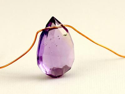 Бусина огранённая, формы крупного лепестка, натуральный камень-аметист, ручной огранки.