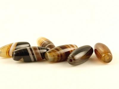 Бусина формы бочонка, камень-агат натуральный,гладкий,размер–16х7мм., внутреннее отверстие-1.2 мм, цвет-красивый коричнево-карамельный с бежевыми,белым, янтарными слоями,