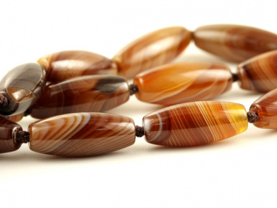Бусина формы бочонка, камень-агат натуральный,полированный,внутреннее отверстие-1.2 мм, цвет-красивый карамельный с бежевыми,