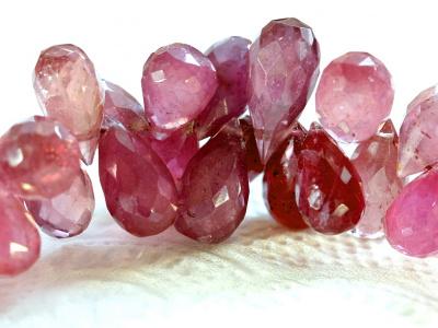 Камень-розовый турмалин (рубеллит-разновидность эльбаита) натуральный бусина огранённая формы бриолета, огранка ручная.