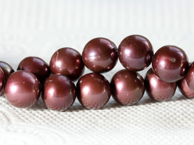 Нить бусин из натурального жемчуга,цвет бордово-коричневый с хорошим блеском,диаметр-8 мм. +-0,3 мм.