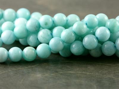 Нить бусин, форма круглая гладкая, камень-амазонитнатуральный,цвет-сочный бирюзово-голубой теплый, неоднородный, со светлыми полупрозрачными прожилками.