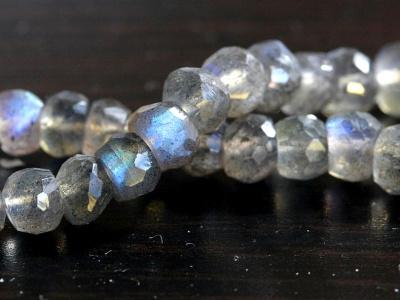 Камень-лабрадорнатуральный, форма бусины-рондель тЦвет-серый сине-голубым переливом.,