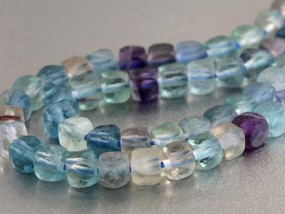 Нить бусин огранённых, форма-кубик, камень натуральный-флюоритцвет-микс прозрачный (голубой, зеленый, сиреневый). Р