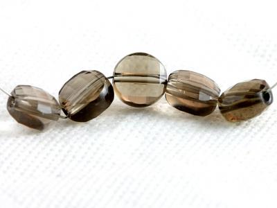 Бусина огранённая, форма-плоская таблетка, камень натуральный-раух топаз,цвет-дымчато-золотистый прозрачный. Размер бусины-6.3х4 +- 0.1 мм.