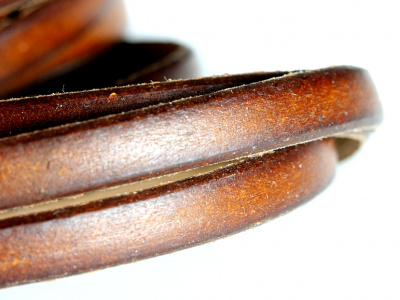 Кожаный шнур плоский5.7х1.4 мм, плотный, средней жесткости,